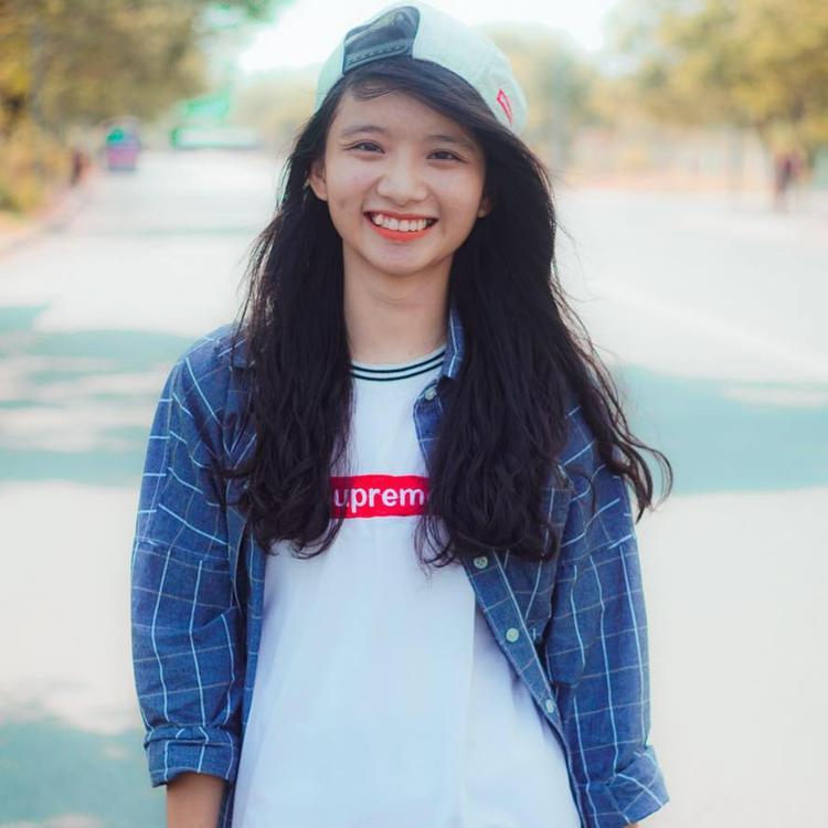 Cô sinh viên năm nhất chuyên ngành Kế toán cũng được đông đảo cư dân mạng ủng hộ. Với gương mặt thân thiện nụ cười duyên dáng, bài thi của Thái Hà hiện thu về 2,1k like và hơn 300 lược share.