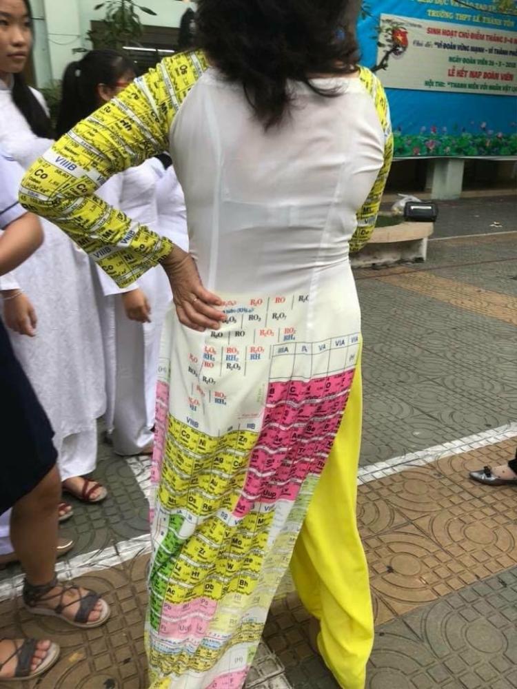 Hình ảnh cô giáo mặc áo dài in bảng tuần hoàn hóa hóa khiến cư dân mạng thích thú.