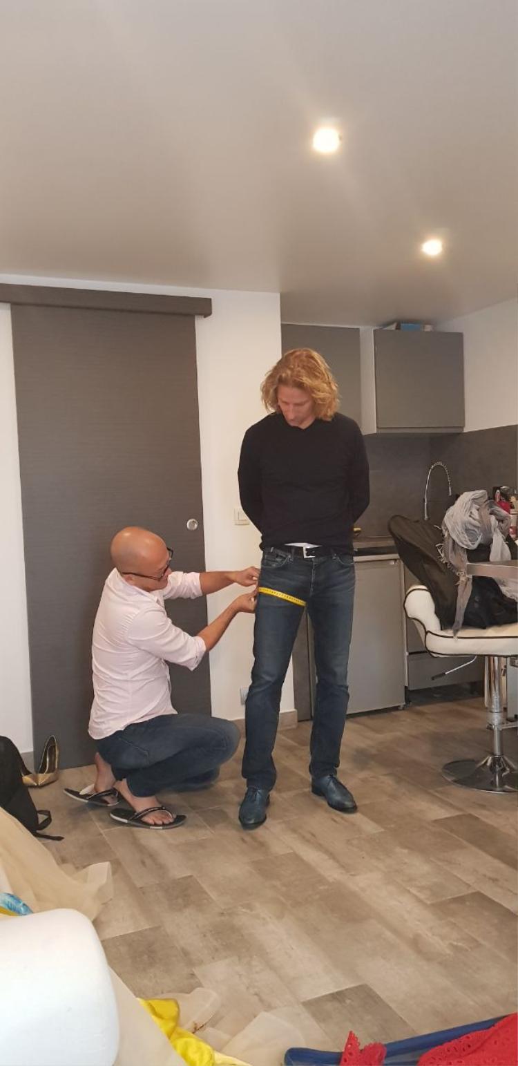 NTK Patrick Phạm cẩn thận lấy số đo của nam vận động viên, nhằm chỉnh sửa trang phục sao cho hoàn hảo nhất.