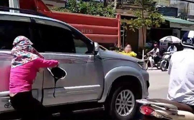 Bắt quả tang chồng chở bồ nhí trong xe ô tô, vợ đánh đu trên nắp capo cả đoạn đường dài