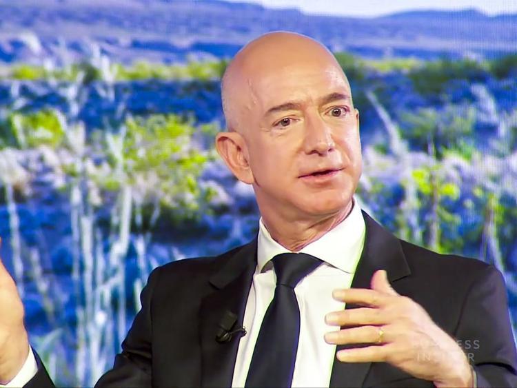 1. Jeff Bezos, CEO Amazon. Tài sản ròng: 112,6 tỷ USD. Bezos đã gây dựng được một trong những đế chế bán lẻ hoành tráng nhất thế giới.
