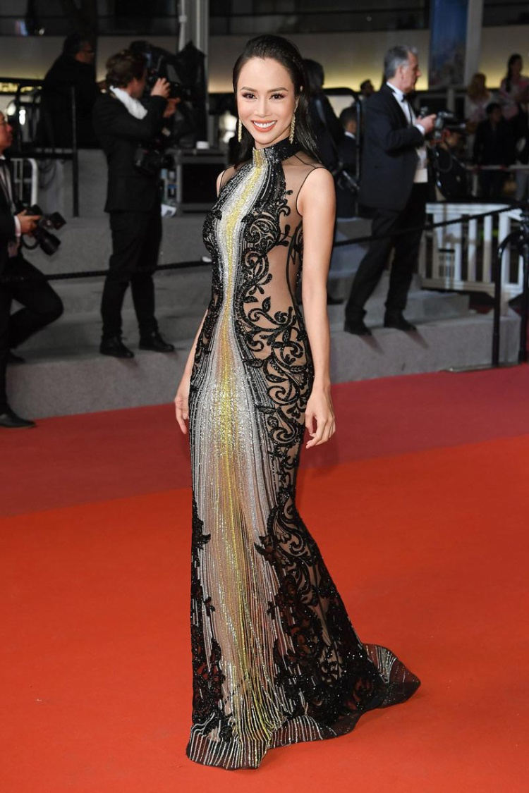 Trong ngày đầu tiên trên thảm đỏ Cannes 2018, cô diện bộ váy xuyên thấu gợi cảm thuộc thương hiệu Labourjoisie.Thiết kế xuyên thấu, hở lườn và lưng giúp cô tôn đường cong.Phần trước được đính kết bằng pha lê xuyên suốt.