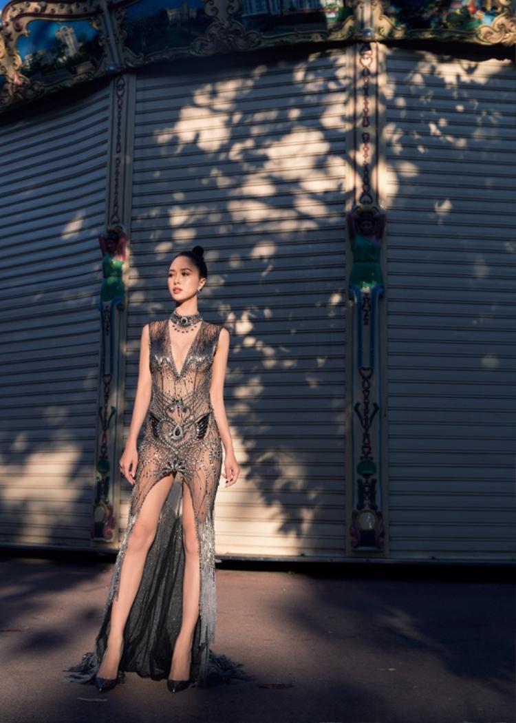 """Trong kỳ LHP Cannes năm 2017, tình cũ Hữu Vi cũng gây chú ý trong chiếc váy xuyên thấu cực quyến rũ được đính kết các chi tiết rất tỉ mỉ. Đây gần như là thiết kế bị gắn mác """"mặc như không"""" của người đẹp."""