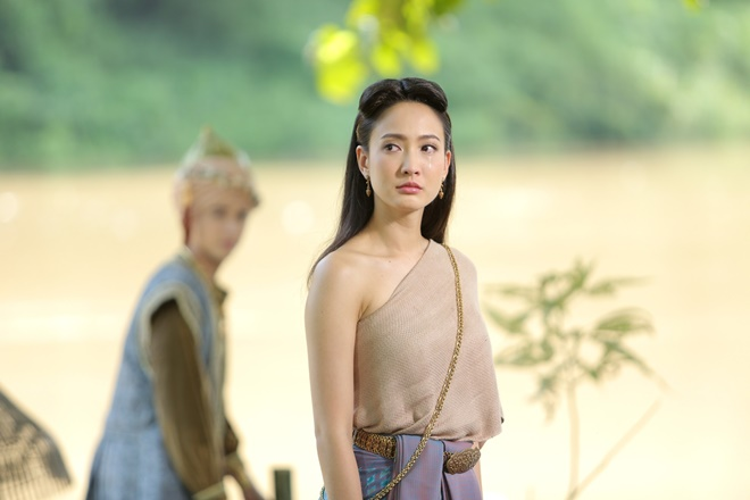 Phim của Taew Natapohn - Neung Dao Fah Diew bị đem ra so sánh với phim của Bella Ranee - Buppae Sunniwas vì cùng thuộc dòng phim cổ trang.