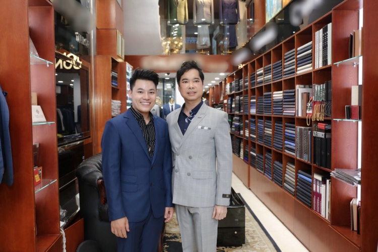 Thầy trò Ngọc Sơn - Duy Cường tại nơi sắm sửa trang phục.