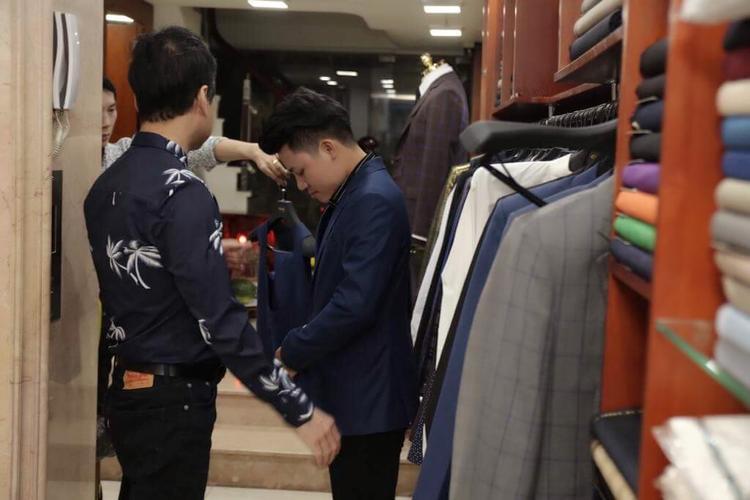 Chính tay nam HLV lựa chọn những bộ vest ưng ý nhất cho học trò.
