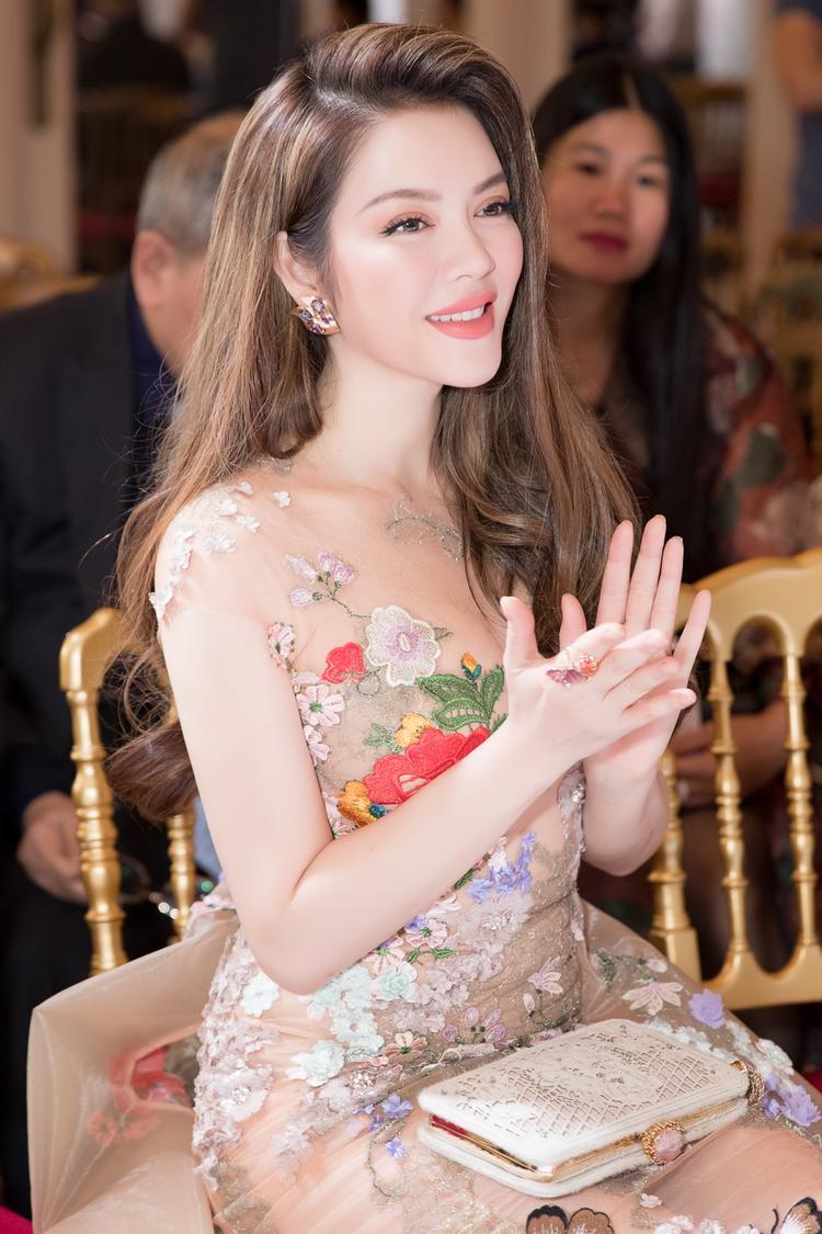 Nhờ vào đôi bàn tay như có phép thuật của chuyên viên trang điểm kiêm stylist Minh Lộc, Lý Nhã Kỳ luôn ở trước mặt công chúng với những kiểu tóc thời thượng và thần thái vô cùng cuốn hút.
