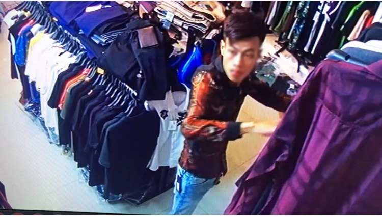 Hình ảnh nam thanh niên vào mua quần áo rồi gửi lại quần đùi.