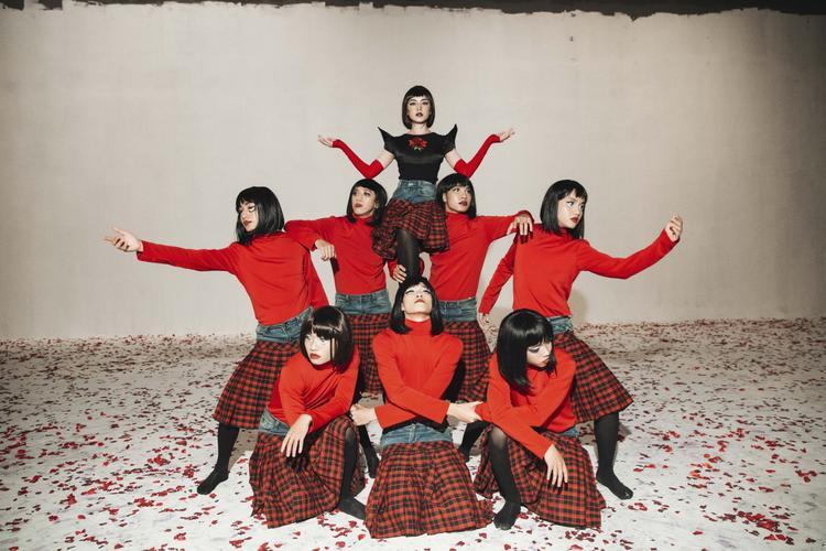 Được biết để có thể thực hiện cảnh quay với hiệu ứng đặc biệt cho MV lần này, Chi Pu và dancer còn phải tập nhảy ngược lại nhiều phân đoạn.