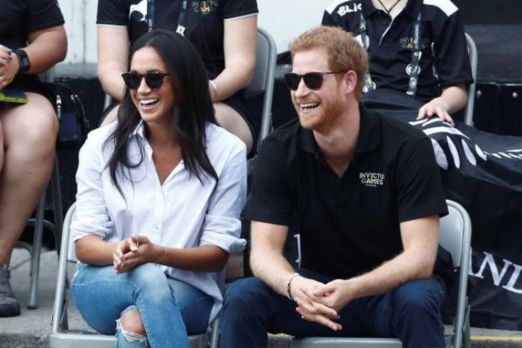Cặp đôi chụp ảnh trong một sự kiện thể thao tở Toronto. Ảnh: Reuters
