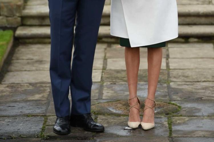 Bức ảnh Meghan đi chân trần khi cặp đôi công bố đính hôn. Ảnh: Reuters