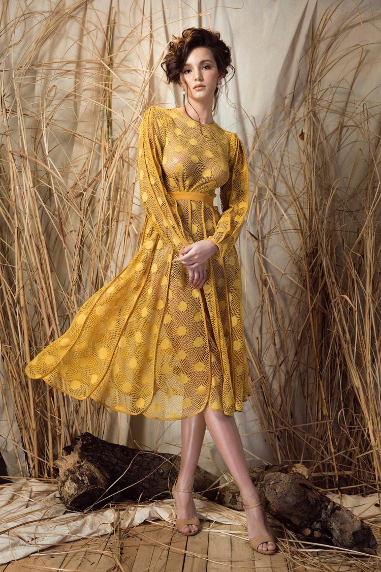 Trong chiếc đầm vàng sử dụng chất liệu ren lưới cao cấp và được tạo điểm nhấn bằng những đường viền trên tay và phần váy…