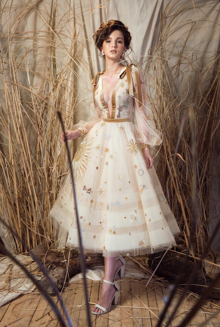 Trong kiểu đầm với phần váy xoè cổ điển ứng dụng kĩ thuật thêu Tambour trên nền vải lưới mỏng, kết hợp cùng chất liệu vải nhung tạo sự tương phản. Hoa hậu Aibedullina Talliya như hoá thành nàng công chúa cổ tích đầy lãng mạn.