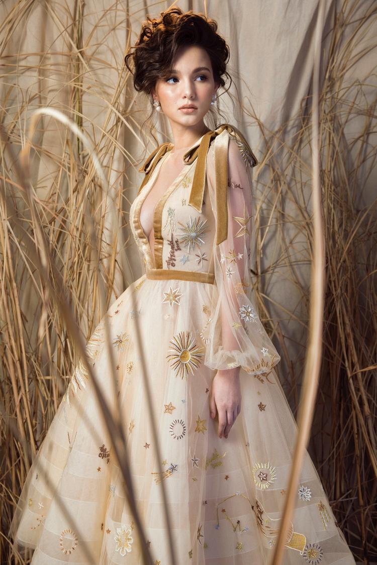 Thiết kế xẻ ngực sâu cũng giúp cô khoe khéo vẻ đẹp quyến rũ của vòng 1 và vòng eo mảnh dẻ. Được biết kĩ thuật thêu này cũng được các nhà mốt như Dior, Chanel, Ralph and Russo….thường xuyên sử dụng cho các mẫu của mình.