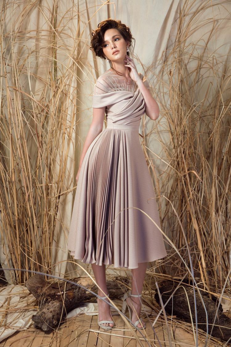 Vẫn là sự ngọt ngào nhưng không kém phần sang trọng là cảm nhận của người xem khi nàng Hoa hậu đại sứ du lịch mặc lên mình chiếc đầm xoè với điểm nhấn xếp ly ở phần eo và chân váy của Lê Thanh Hoà.