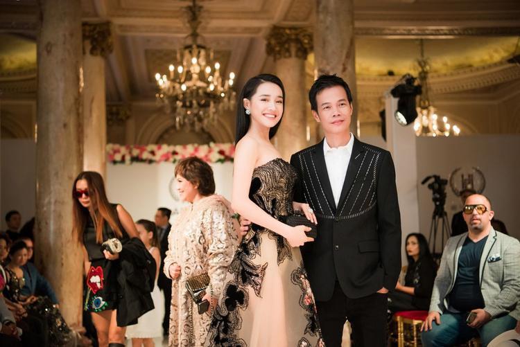 Dù đang vướng vào lùm xùm tình cảm, Nhã Phương cũng xuất hiện tại sự kiện, cô chọn mặc chiếc váy cúp ngực, gam màu đen, da sang trọng.