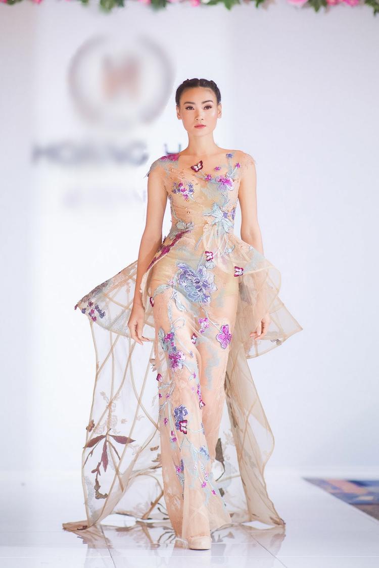 NTK Hoàng Hải thu hút được sự chú ý của truyền thông quốc tế sau khi Hoa hậu Pháp Iris Mittenaere năm 2016 đã đăng quang ngôi vị cao nhất của cuộc thi Hoa hậu Hoàn Vũ. Tiếp đến là á hậu 3 - Hoa hậu Hoàn Vũ Flora Conquerel (Hoa hậu Pháp 2014) cũng thường xuyên chọn váy Hoàng Hải để xuất hiện trong các sự kiện tại Paris và thế giới.