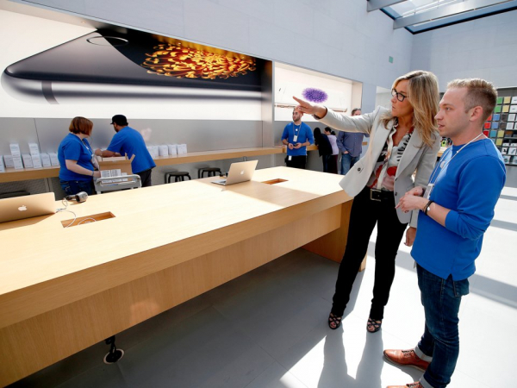 Gặp nữ tướng duy nhất của Apple: Nhận lương cao hơn Tim Cook và đảm bảo người dùng đi mua iPhone phải sung sướng