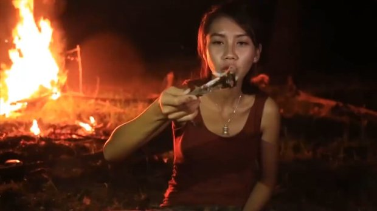 Cặp vợ chồng quay video làm thịt động vật hoang dã và đăng lên YouTube để kiếm tiền.