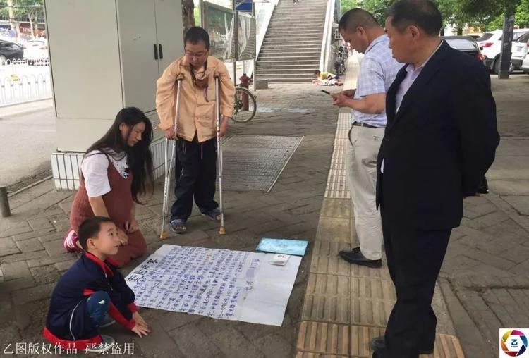Sau hai giờ đồng hồ quỳ trên phố, chị Lương bị cảnh sát yêu cầu rời khỏi vì hành vi gây mất trật tự an ninh.