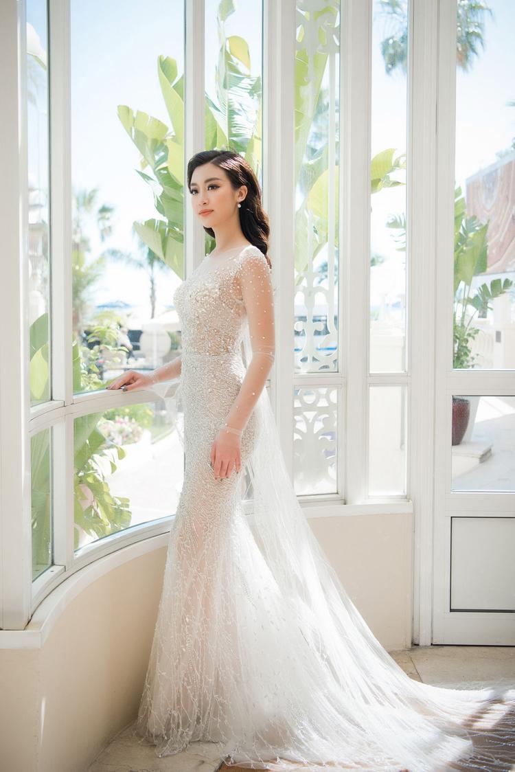 Hoa hậu Việt Nam 2016 Đỗ Mỹ Linh tự tin khoe dáng đồng hồ cát đầy quyến rũvới váy đuôi cá bó sát, tôn đường cong hiệu quả của nhà thiết kế Hoàng Hải.