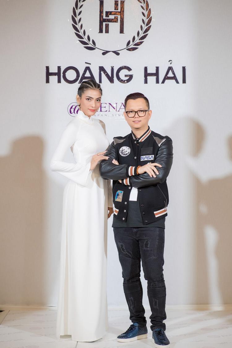 Người đẹp Trương Thị May nổi bật trong tà áo dài trắng.