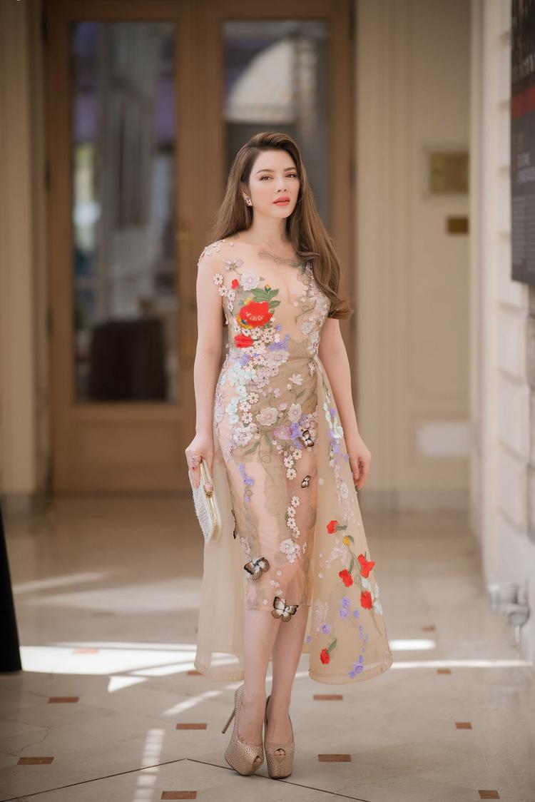 Diện bộ váy nude đầy gợi cảm của nhà thiết kế Hoàng Hải kết hợp với trang sức thương hiệu Paolo Piovan, Lý Nhã Kỳ tiếp tục thể hiện sự tinh tế trong thời trang, điều vốn làm nên tên tuổi của cô từ trước đến giờ.