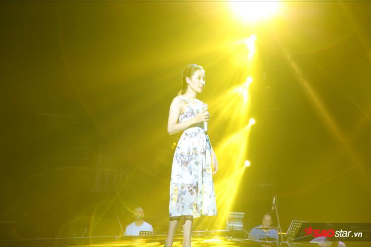 """""""Bà mẹ 2 con"""" Thanh Lan luôn điềm tĩnh trên sân khấu và giọng hát ngày càng ngọt ngào đúng chất bolero."""