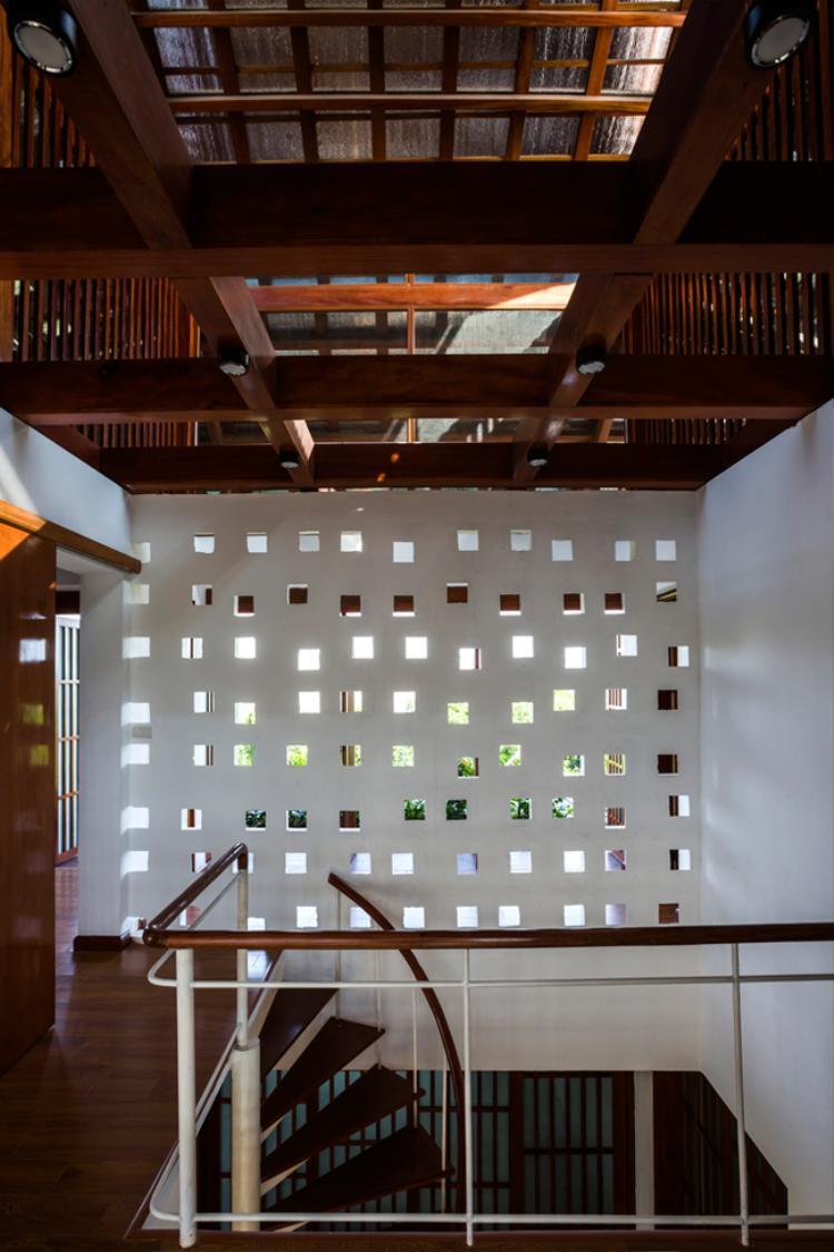 Phần mái nhà độc đáo được thiết kế dạng cửa sổ thoát khí, vừa giúp lưu thông không khí, vừa giảm bức xạ nhiệt, giúp không gian sống luôn thoáng mát