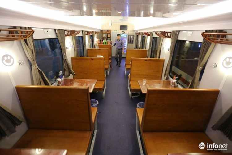 Toa ăn cũng được đóng mới và đưa lên giữa đoàn tàu để hành khách có thể thuận tiện đi lại và sử dụng các dịch vụ.