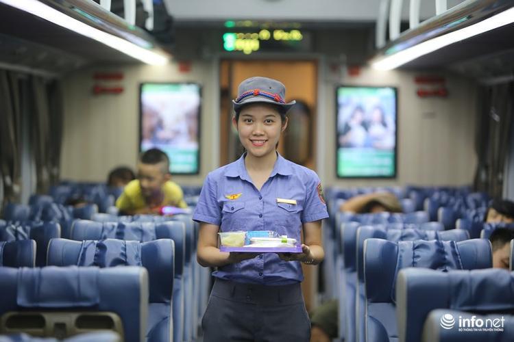… và trên các chuyến tàu này, hành khách đều được phục vụ suất ăn hàng không miễn phí.