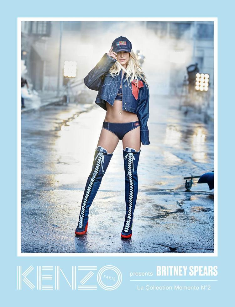 """Ngay lập tức, nhiều người đã phát hiện ra, chiếc áo khoác mà """"nàng Phí"""" chưng diện chính là chiếc áo Britney Spears từng mặc khi chụp bộ ảnh campaign cho Kenzo, tuy nhiên, sản phẩm mà """"công chúa nhạc pop"""" mặc lại ngắn hơn đôi chút, tạo nét ấn tượng, khỏe khoắn hơn. Phát hiện thú vị này khiến các fan hâm mộ cảm thấy thích thú."""
