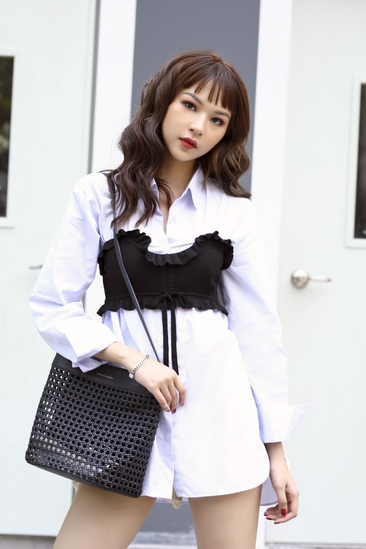 Ngoài ra, cô nàng còn đem đến nhiều set đồ khác cũng thú vị không kém, như cách phối áo sơ-mi dáng dài theo style giấu quần, cùng áo bra top đen.