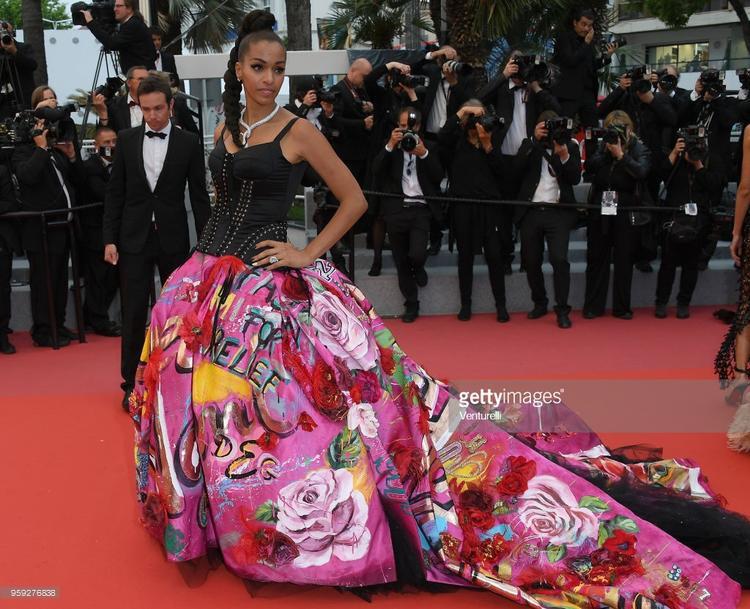 Cô ấy mang cả vườn hoa đến thảm đỏ Cannes luôn.
