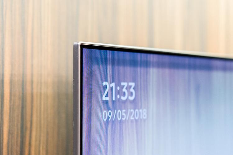 Dòng TV QLED 2018 có độ dày khá mỏng cùng thiết kế tràn viền tối giản giúp người dùng tập trung hoàn toàn và nội dung hiển thị.