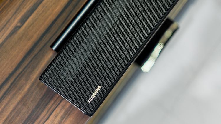 Hệ thống loa Soundbar của Samsung sẽ giúp bổ sung thêm trải nghiệm cho chiếc TV cao cấp này.