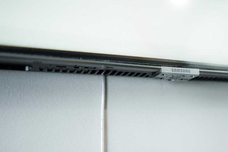 Đây là cáp quang siêu mảnh mà Samsung gọi là One Invisible Connection. Tất cả các sợi cáp kết nối TV với các thiết bị ngoại vi hay nguồn điện đều được tích hợp vào trong sợi cáp này khiến mọi thứ tinh gọn hơn.