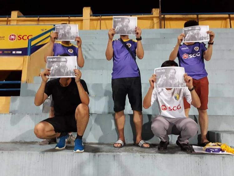 Một số CĐV mặc áo CLB Hà Nội chế giễu bầu Đức. Nguồn ảnh: Facebook