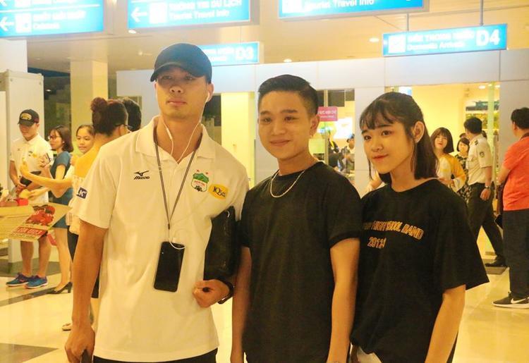 Công Phượng được nhiều CĐV xin chụp hình ở sân bay. Ảnh: Minh Trung