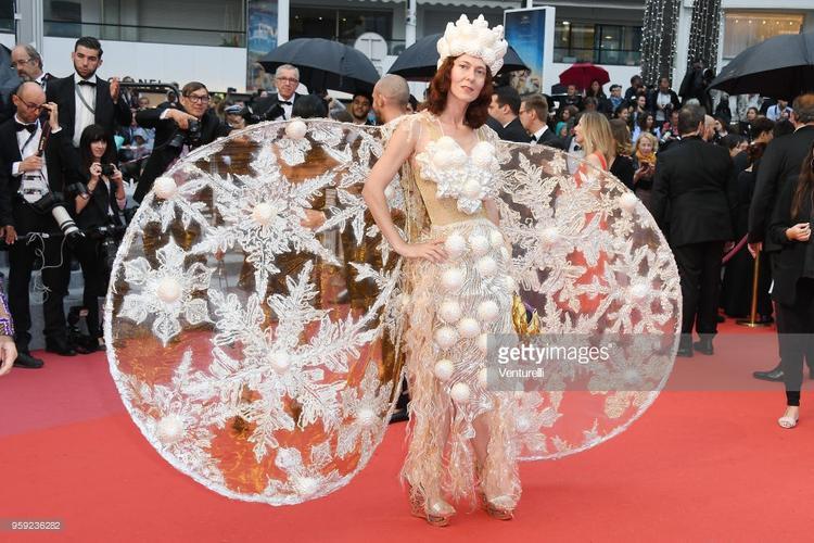 Trang phục có hình bông tuyết gâychú của một vị khách mời