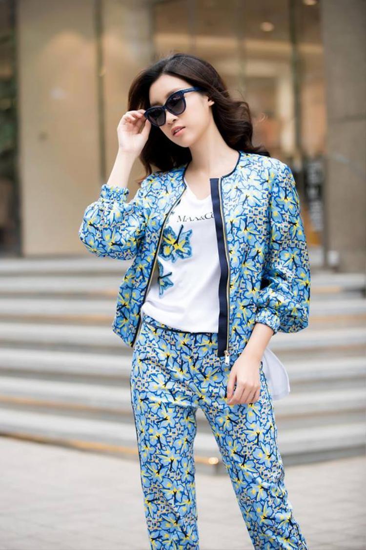 """Rồi một lần nữa Đỗ Mỹ Linh lại chuộng thời trang """"bà thím"""" ra đường với đủ hoa văn sặc sỡ."""