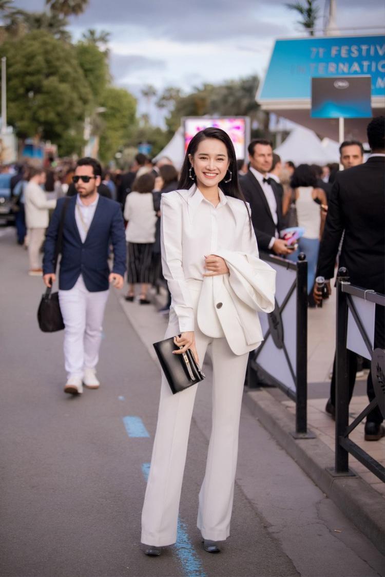 Mỗi khi tạo dáng, cô đều hãnh diện khoe chiếc túi với thiết kế tinh tế thanh lịch ra phía trước.