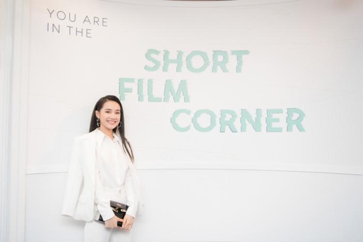 """Nhưng theo stylist của cô nàng tiết lộ thì đây thực chất là túi của Blingbling Sister - một thương hiệu thời trang nổi tiếng tại Thái Lan. Sản phẩm chủ yếu của thương hiệu này là những mẫu túi được """"lấy cảm hứng"""" từ các dòng túi kinh điển trên thế giới."""