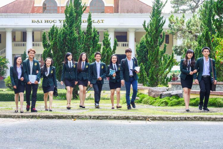 Đồng phục trường ĐH Yersin.
