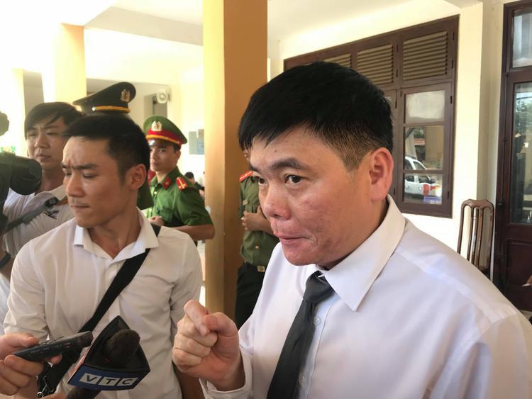 Luật sư Trần Vũ Hải liên tiếp bị mời ra khỏi phòng xét xử trong sáng 17/4.
