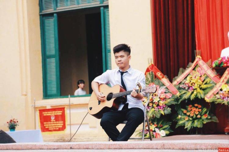 Ở trường cấp 3, Thành Nhân tiên phong tổ chức các hoạt động âm nhạc cho học sinh.