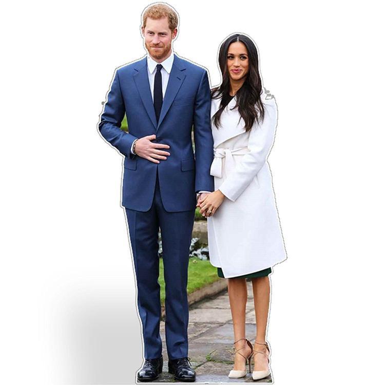 Hình mẫu Harry - Meghan bằng bìa cứng có kích cỡ như người thật. Nếu bạn cũng muốn tham gia đám cưới hoàng gia nhưng lại không được mời, hãy mua Harry và Meghan bìa cứng rồi tự tổ chức một bữa tiệc của riêng mình.
