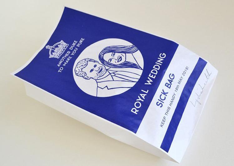 Nhà kinh doanh thật chiều lòng khách hàng hết mức có thể. Nếu bạn không ưa gì cặp đôi hoàng gia và đã phát ngán với thông tin của cặp đôi này trên khắp các tờ báo, hãy mua sản phẩm túi nôn trong hình.