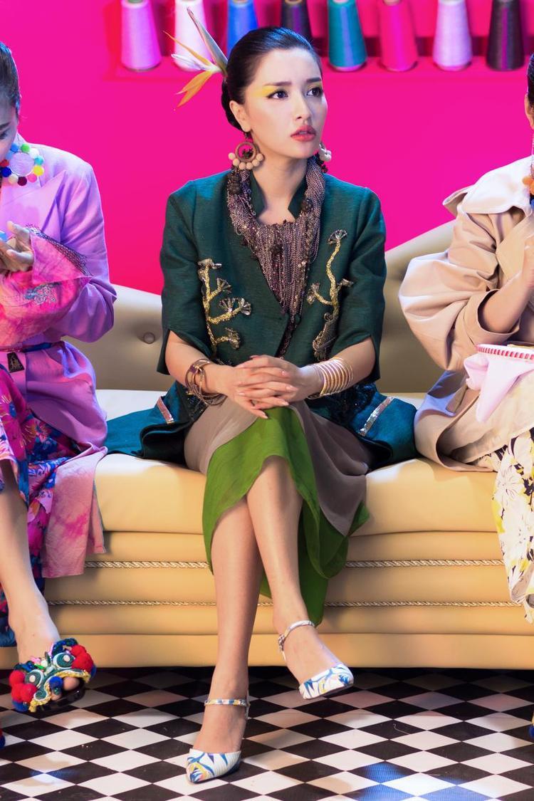 Đôi giày bùa yêu trong bộ sưu tập Shades of love được Bích Phương diện trong MV Bùa Yêu.