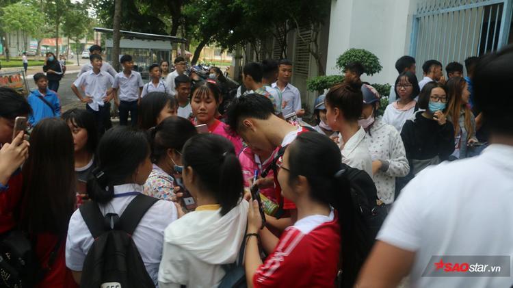 Công Phượng, Văn Toàn bị fan nữ Cần Thơ vây kín ở Tây Đô